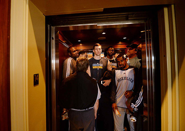 Grizzlies pile into an elevator (Robert Beck/SI)