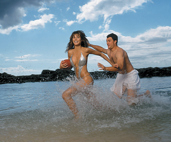 Heidi Klum and John Lynch at Paradise Cove, Hawaii :: Walter Iooss Jr./SI (2001)