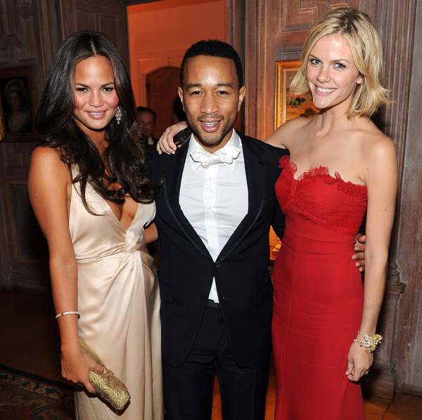 John is sandwiched by Chrissy and Brooklyn Decker during the 2011 White House Correspondents Dinner :: Dimitrios Kambouris/Getty Images