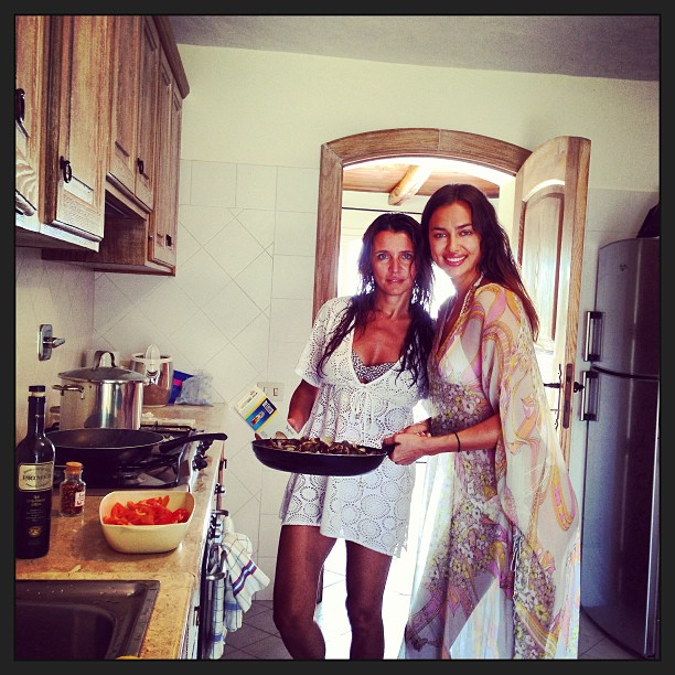 @irinashayk: And yes we can cook !with my Steffi doing what we can do the best!PAsta #lunch#italian chef Steffi Costa
