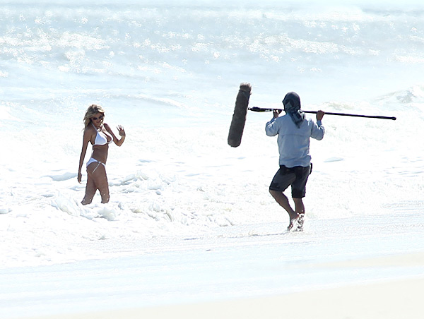 "Kate poses in a bikini during the filming of ""The Other Women"" :: AP"