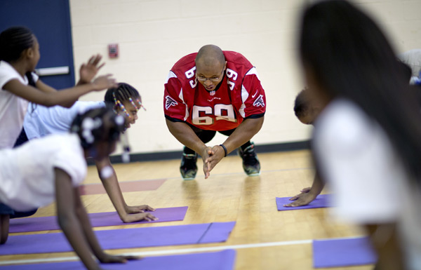 Falcons' rookie Harland Gunn does push-ups while visiting with students from M. Agnes Jones Elementary School on Tuesday. (AP Photo/David Goldman)