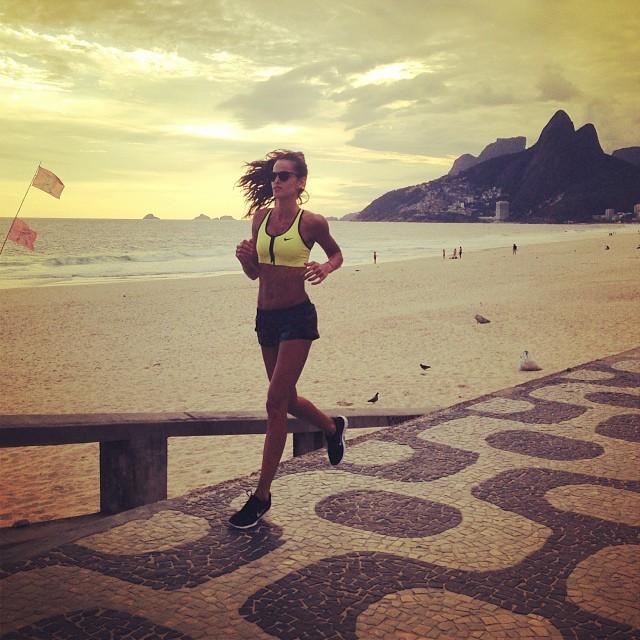 @iza_goulart: Ending the day on a Carioca's Style!! Running on Ipanema Beach and Appreciating the Mother Nature !! Terminando o dia no estilo Carioca!!Correndo na praia de Ipanema e apreciando a Mãe natureza!! #Rj #run #motivation #health #saúde #g