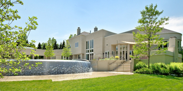 Michael Jordan's Chicago-area estate has a large fountain. (ConciergeAuctions.com)