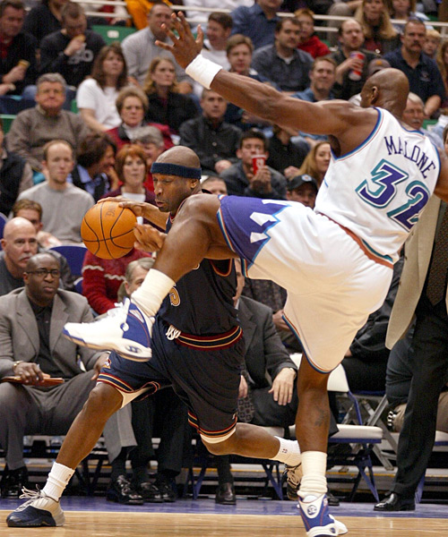 Karl Malone and Vashon Lenard (2002) :: GEORGE FREY/AFP/Getty Images