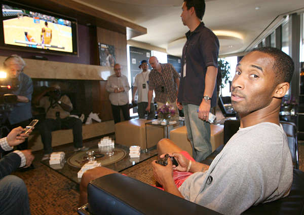Kobe Bryant at Playstation Parlor (2007) :: Jason Merritt/Getty Images