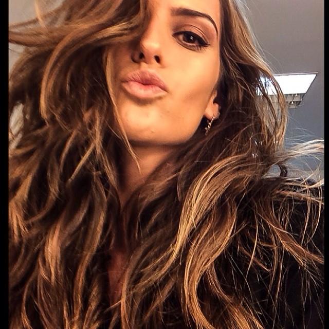 @iza_goulart: Good morning Madrid!! Directly from a 11 hours flight to the studio!! Hair and make up ready!! It's time for a photo shoot!! Bom dia Madri !! Direto de um vôo de 11 horas para o studio!! Cabelo e maquiagem feitos! Agora é hora de foto