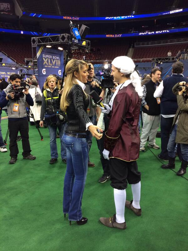 Inez Sainz chatting with a guy dressed as Mozart. (jessespector/twitter)