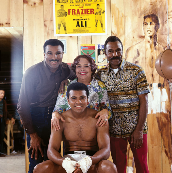 Muhammad Ali with  (L-R) brother Rahman Ali, mother Odessa Clay and father Cassius Clay Sr. :: Neil Leifer/SI
