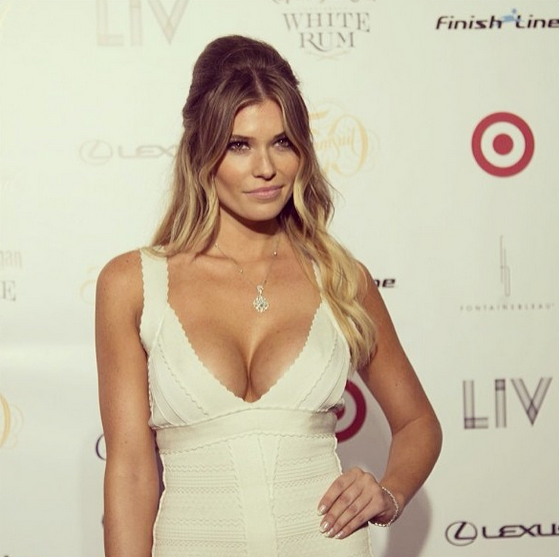 @samanthahoopes_:                            My first official red carpet as a @si_swimsuit rookie! Thank you to @forevermarkdiamonds for the gorgeous bracelet & neckless! #siswim14 #sirookie #miami #redcarpet #vote #sirookieoftheyear
