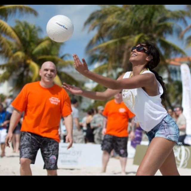 @1arielmeredith: #tbt Chefs vs Models in Volleyball. #siswim50 #Miami