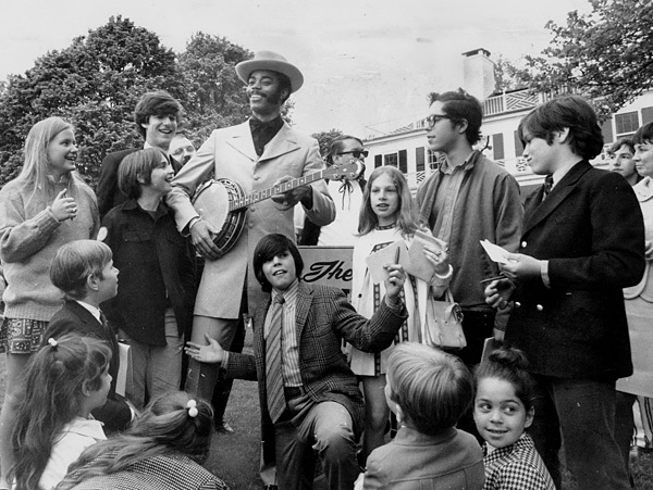 Walt Frazier and Knicks fans at Gracie Mansion :: Getty Images