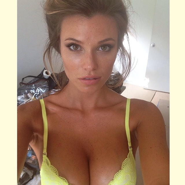 @samanthahoopes_: Love this color for summer #yellow #guess @guess