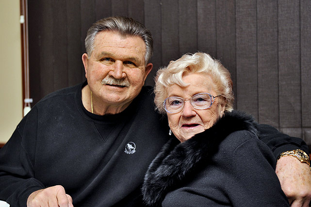 Mike Ditka and his mother :: Al Tielemans:SI