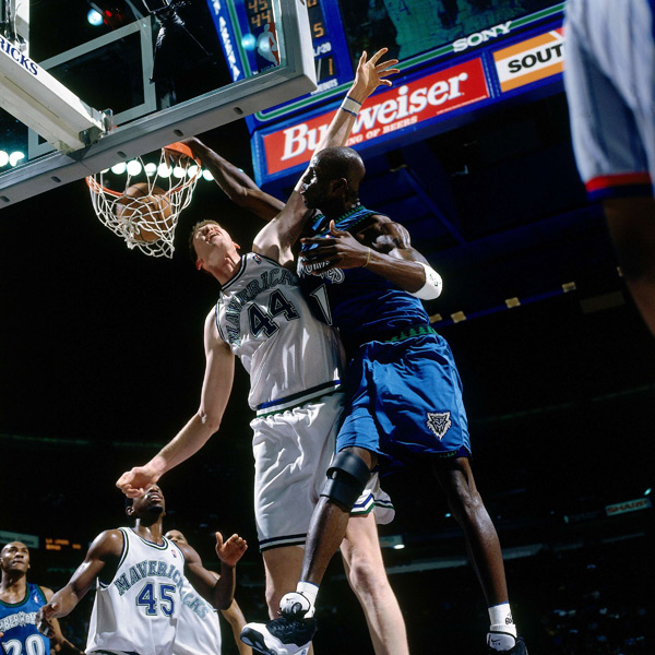 Shawn Bradley and Kevin Garnett, 1998 :: Getty Images