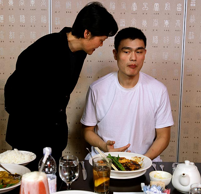 Yao Ming and his mother :: Rick Oliver/SI