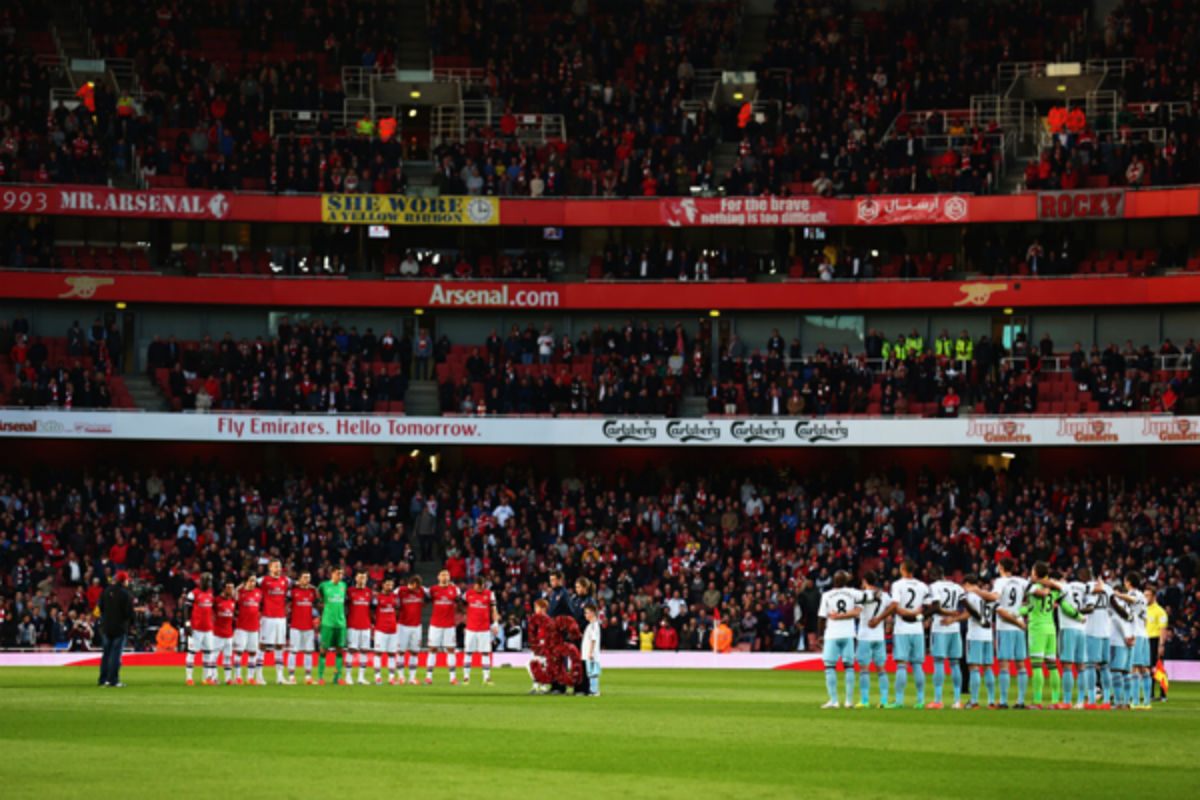 Arsenal and West Ham observe a moment of silence before their Premier League contest Tuesday afternoon. (AP photo)