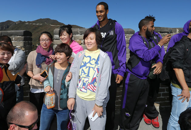 Ryan Hollins (center)
