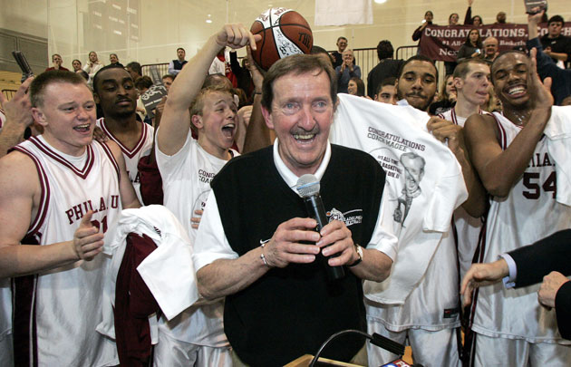 Magee celebrates career win No. 829 with his players in 2007.