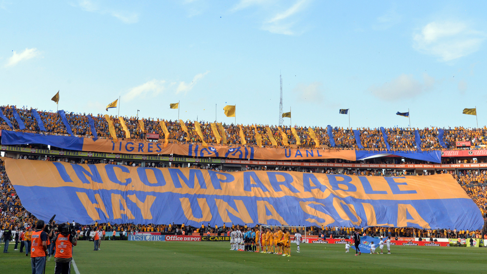 Ahead of a clash with Mexican foe Monterrey, Tigres players are treated by this message by its fervent supporters.