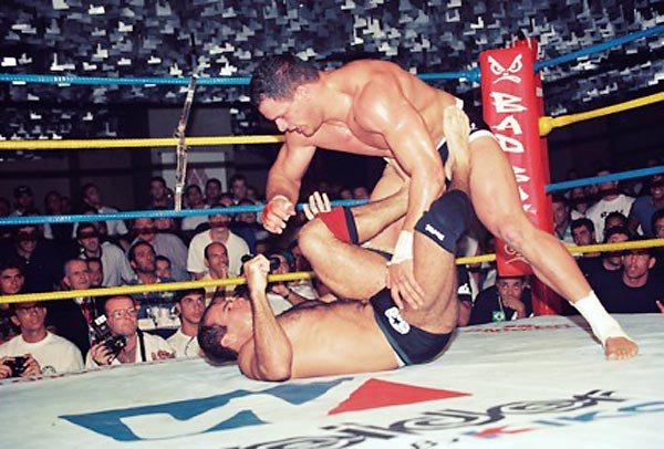 Mark Kerr attacks Fabio Gurgel in the finals of IVC 3.