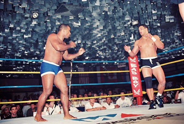Mestre Hulk squares off against Mark Kerr at IVC 3 in Sao Paulo, Brazil, Jan. 17, 1997.