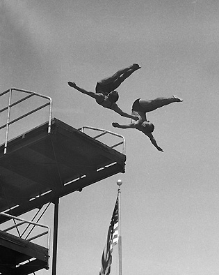 Kurtz dives with Simaika during a 1932 exhibition.