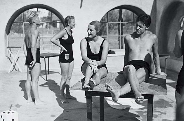 Kurtz and Holm sat back at an aquatics exhibition in California in 1932.