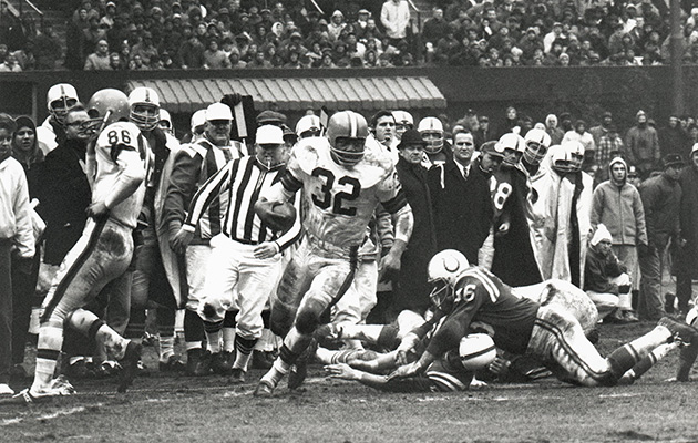 Jim Brown carries the ball during the 1964 NFL Championship.
