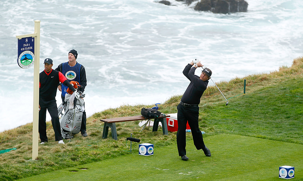 When they teed off on the 8th hole, Mickelson had the lead, and Woods was in third place.