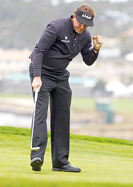 Mickelson surged to the lead after making this eagle putt on the 6th hole.
