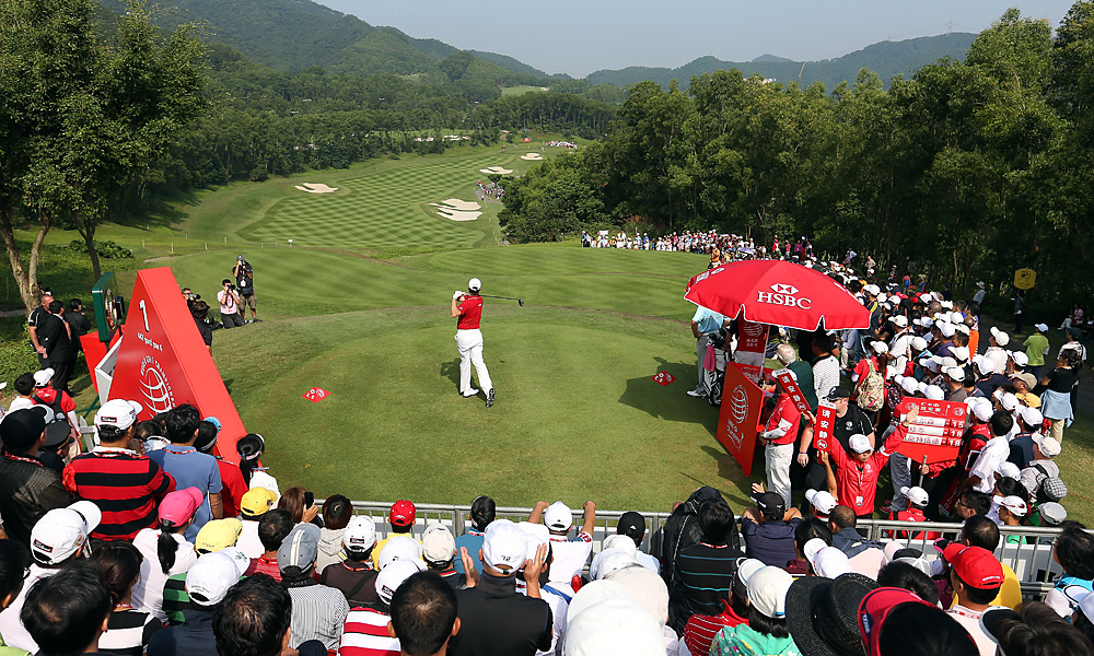Lee Westwood (teeing off) began the day tied for the lead with Louis Oosthuizen, but both players struggled to 72s and tied for sixth.