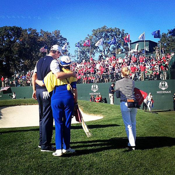@stephaniemwei: @justinrose99 gives mom a hug after defeating Phil 1-up.