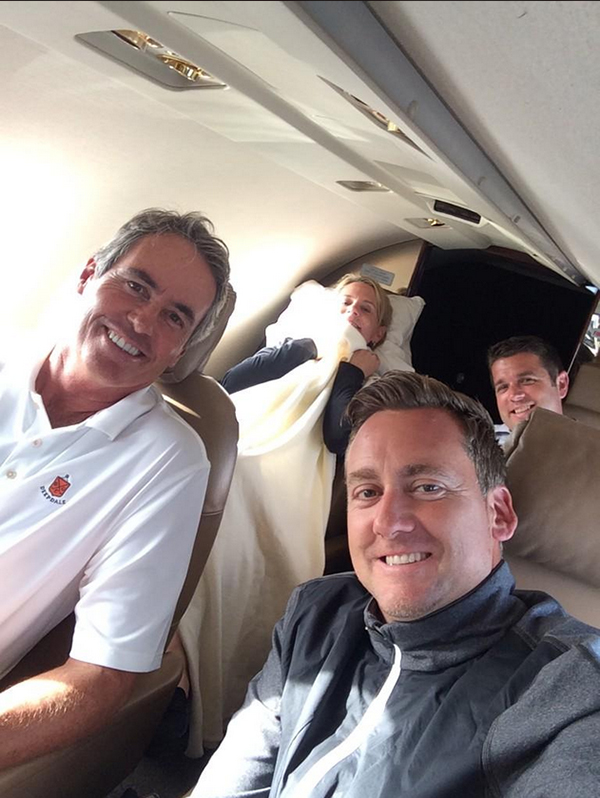 @IanJamesPoulter Quick flight home from Chicago with @IBFinchy @ANNIKA59 and @Chaddy_Pants Annika all snuggled up. @UBS golf day.