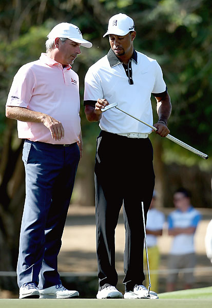 Tiger Woods and Fred Couples chat in Dubai.