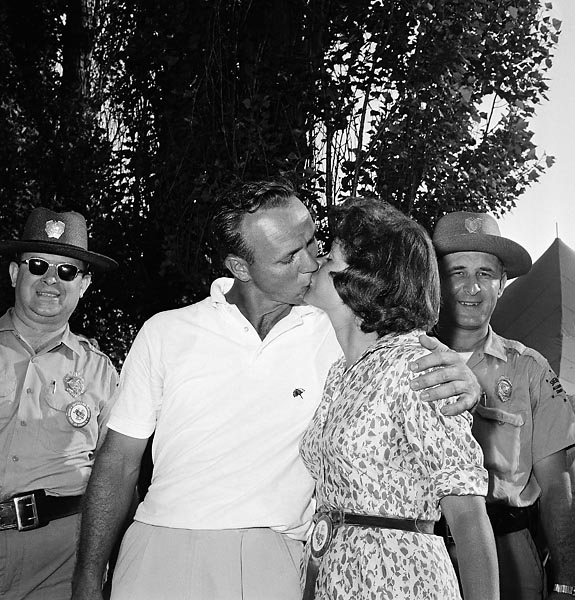 Arnold Palmer gets a consoling kiss from his wife, Winnie Palmer, after Palmer missed a putt which would have won him the 1962 U.S. Open at Oakmont Country Club.