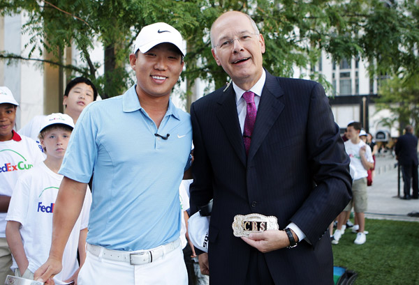 Anthony Kim presented a custom belt buckle to The Early Show co-anchor Harry Smith. The Tour is in Paramus, N.J. this week for The Barclays, the first event of the PGA Tour playoffs.