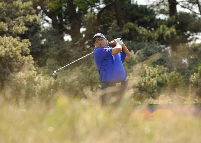 Angel Cabrera bogeyed 18 to drop four strokes off the lead.