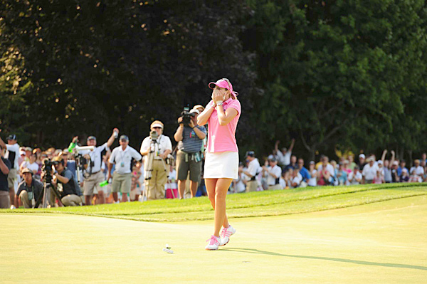 American Paula Creamer battled through a thumb injury that plagued her throughout 2010 to win her first major, the U.S. Women's Open, at the historic Oakmont Country Club.