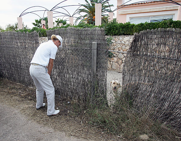 Marcel Siem played a shot lefthanded at the 2004 Majorca Classic in Spain as a furry spectator looked on.