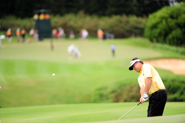 Kenny Perry tied for sixth after making nine pars on the back nine.