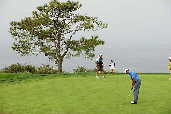 Woods made the turn at one under par.