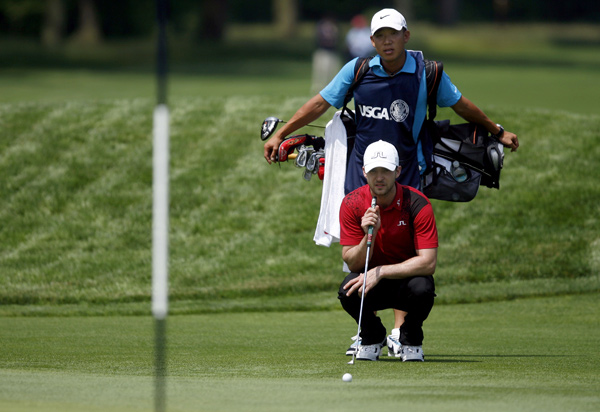 Justin Timberlake, with some help from caddie Anthony Kim, shot an 88.