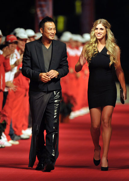 Belen Mozo walked down the red carpet with actor Simon Yam at a charity banquet during the Mission Hills Star Trophy in China.