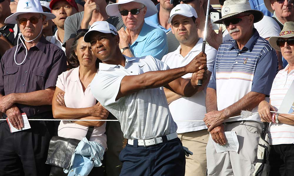 Tiger Woods charged into the lead at the Australian Open with a five-under 67 in the second round.