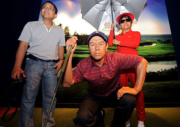 Tussaud's Waxworks recently opened a new branch of their wax museums in Thailand, where a visitor posed with Tiger Woods.
