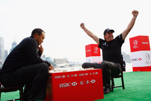 Woods and Mickelson played a game of Chinese chess.