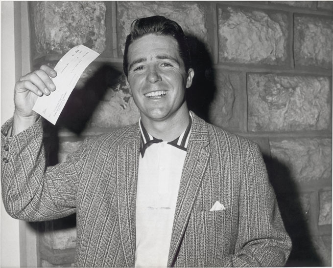 Gary PlayerCareer Earnings: $1,834,482 Nine-time major champ Gary Player looks rather happy to be holding his winnings from the 1958 Kentucky Derby Open for his first PGA Tour victory. Player earned $18,591 for his troubles that year. Horschel made $445 per minute in the last 21 days.