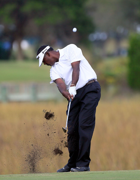 Vijay Singh shot a bogey-free 68 to move into contention.