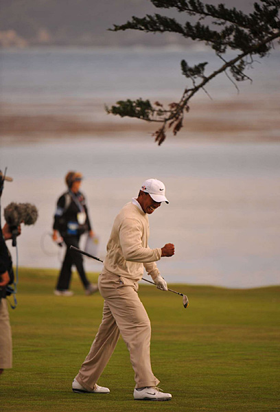 Woods missed the eagle putt, but the birdie on the last hole gave him a back-nine 31 and a round of 66.